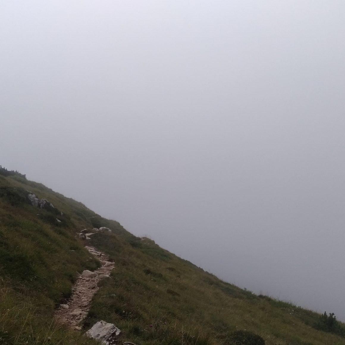 monte stivo con nebbia